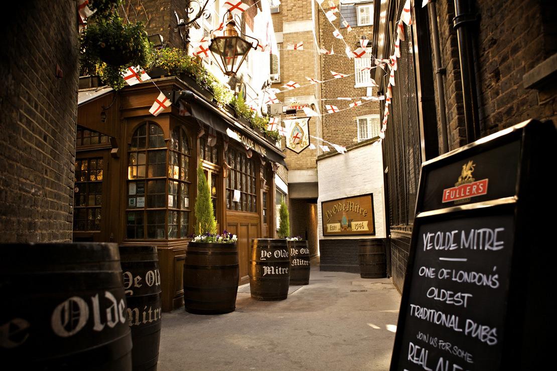 Au bout de la ruelle, le vénérable Ye Olde Mitre à Londres.